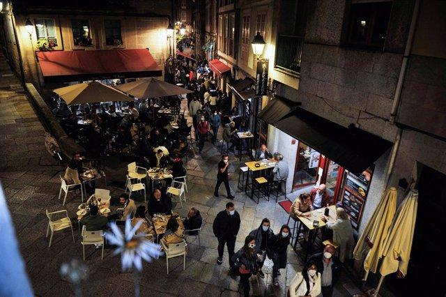 Varias personas en terrazas de bares, en la Rúa dos Fornos, a 22 de mayo de 2021, en Ourense.