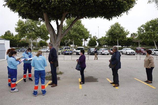 Archivo - Varias personas hacen colas para recibir la vacuna contra el Covid_19, donde han empezado de nuevo la vacunación de AstraZeneca en el recinto ferial de Vélez Málaga (Andalucía, España), a 08 de abril de 2021.
