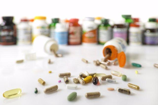Archivo - Muchos suplementos de salud nutricional y vitaminas en cápsulas, tabletas.