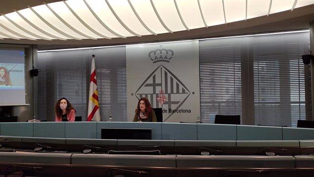La directora de Serveis de Gènere i Polítiques del Temps, Sonia Ruiz, i la tinent d'alcalde de Drets Socials, Laura Pérez, en roda de premsa per presentar el balanç del Pla de Justícia de Gènere 2016-2020.