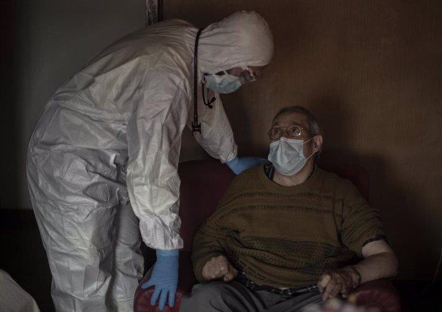 Un trabajador de una UVI móvil del SUMMA 112 con un enfermo durante una jornada de trabajo, en Madrid (España), a 29 de enero de 2021. El Servicio de Urgencia Médica de la Comunidad de Madrid SUMMA 12, tiene la función de atender las urgencias y emergenci