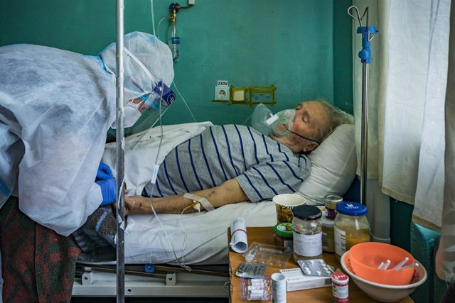 25 May 2021, Ukraine, Kiev: A doctor with personal protection equipment cares a Coronavirus (Covid-19) patient in the intensive cares area of a hospital in Kiev. Photo: Celestino Arce Lavin/ZUMA Wire/dpa