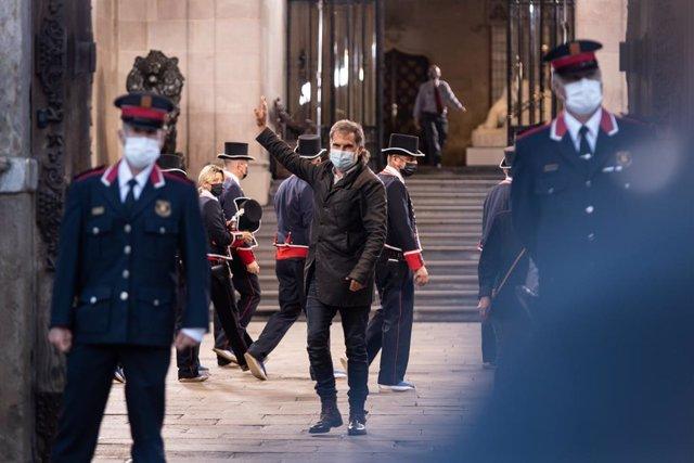 Arxiu - El president d'Òmnium, Jordi Cuixart (c), surt del Palau de la Generalitat.