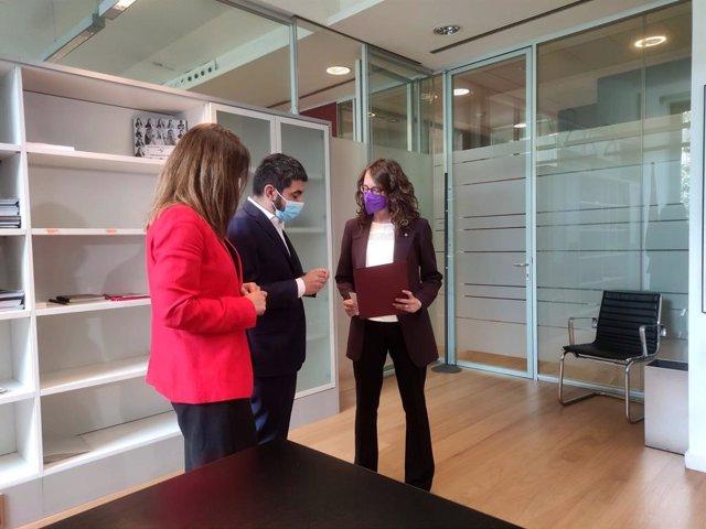 Els exconsellers Meritxell Budó i Chakir el Homrani traspassen la cartera a la nova consellera de Feminismes i Igualtat, Tània Verge.