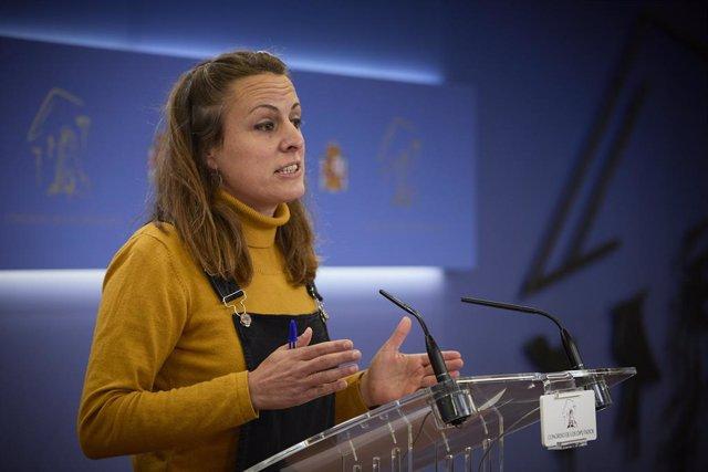 La diputada de la CUP al Congrés, Mireia Vehí, intervé en una roda de premsa al Congrés.