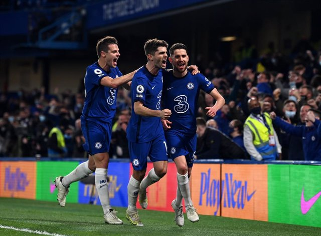 18 May 2021, United Kingdom, London: Chelsea's Jorginho (R) celebrates scoring his side's second goal during the English Premier League soccer match between Chelsea and Leicester City at Stamford Bridge. Photo: Glyn Kirk/PA Wire/dpa