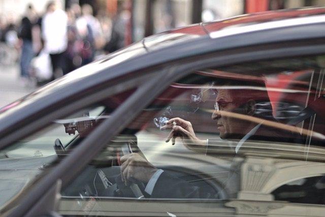 Archivo - Hombre fumando en el coche. Conducir. Tabaco