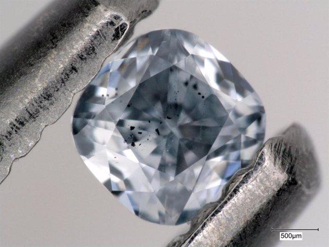 Este primer plano de un diamante súper profundo resalta sus inclusiones, que se ven como puntos negros. Inclusiones como estas proporcionan evidencia geoquímica de que una placa oceánica que se hunde puede transportar agua y otros fluidos en el manto