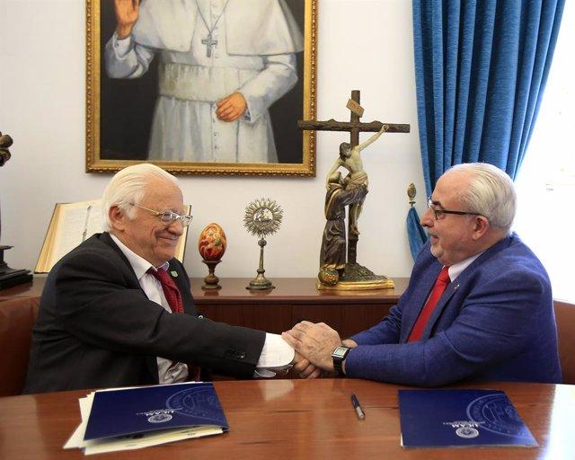 El Padre Ángel, presidente y fundador de Mensajeros de la Paz, junto a José Luis Mendoza, presidente de la UCAM, durante la firma de la nueva cátedra, que ha tenido lugar en la sede de la Universidad Católica de Murcia.