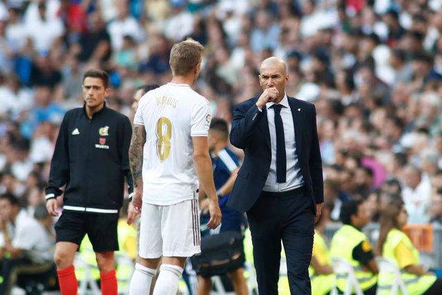 Archivo - Zinedine Zidane, coach of Real Madrid CF, and Toni Kroos of Real Madrid during the spanish league, La Liga, football match played between Real Madrid CF and Real Valladolid CF at Santiago Bernabeu Stadium on August 24, 2019.