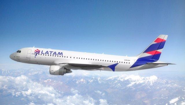 Archivo - Avión de Latam Airlines