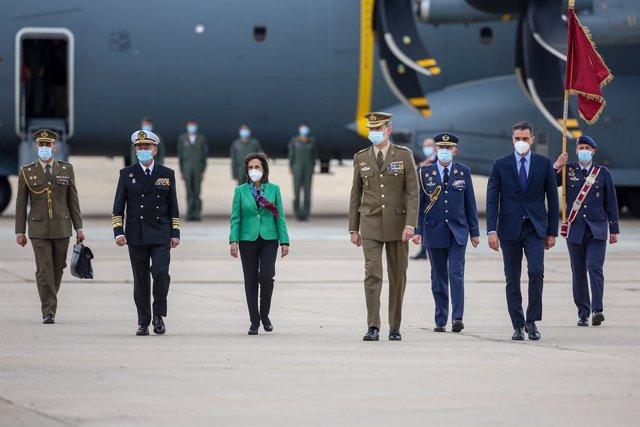 (I-D) La ministra de Defensa, Margarita Robles; el Rey Felipe VI; y el presidente del Gobierno, Pedro Sánchez, durante el acto de reconocimiento al personal participante en misiones en Afganistán, en la Base Aérea de Torrejón de Ardoz, a 13 de mayo de 202