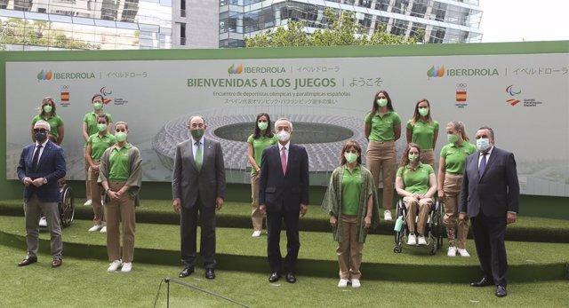 Foto de familia de las deportistas olímpicas y paralímpicas con Alejandro Blanco, Ignacio Galán, Hiramatsu Kenji y Miguel Carballeda en la sede de Iberdrola