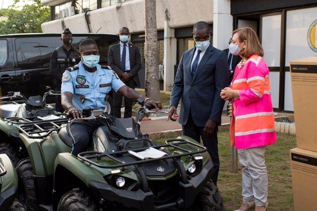 La secretaria de Estado de Asuntos Exteriores, Cristina Gallach, entrega quads y otro material al ministro del Interior de Costa de Marfil, Vagondo Diomande
