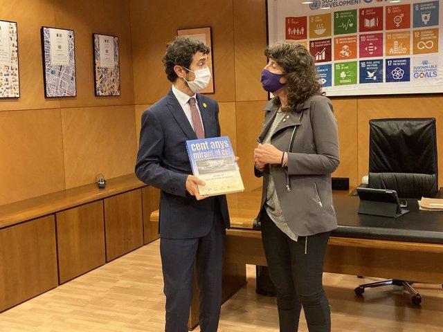 L'exconseller Damià Calvet ha obsequiat a la consellera Jordà amb un llibre del Servei Meteorològic de Catalunya.