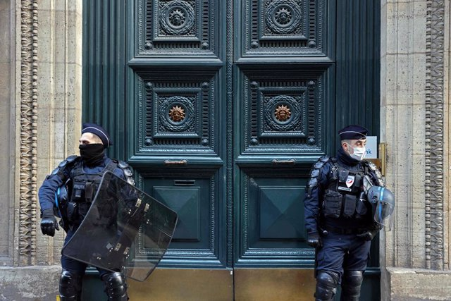 """Archivo - 06 April 2021, France, Paris: Police officers stand guard in front of the main door of the Palais Vivienne event venue in the French capital. According to a report by French TV channel M6, a """"secret"""" luxury dinners have taken place in Paris, inc"""