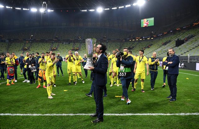 26 May 2021, Poland, Gdansk: Villarreal manager Unai Emery kisses the trophy after winning the UEFA Europa League final soccer match against Manchester United at Gdansk Stadium. Photo: Rafal Oleksiewicz/PA Wire/dpa