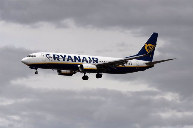 Archivo - FILED - 24 August 2020, Hessen, Frankfurt_Main: A Ryanair passenger plane prepares to land. A Ryanair flight was diverted to an airport in Belarus on Sunday, apparently so authorities in Minsk could detain a blogger who had been travelling from