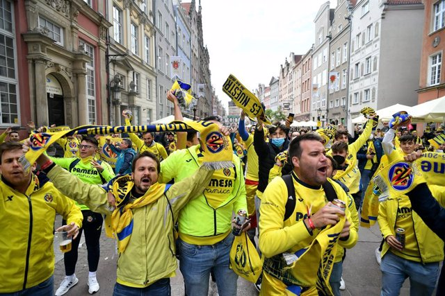 26 May 2021, Poland, Gdansk: Villarreal fans cheer in the streets of the city of Gdansk, before the UEFA Europa League final soccer match betweeen Villarreal and Manchester United. Photo: Rafal Oleksiewicz/PA Wire/dpa