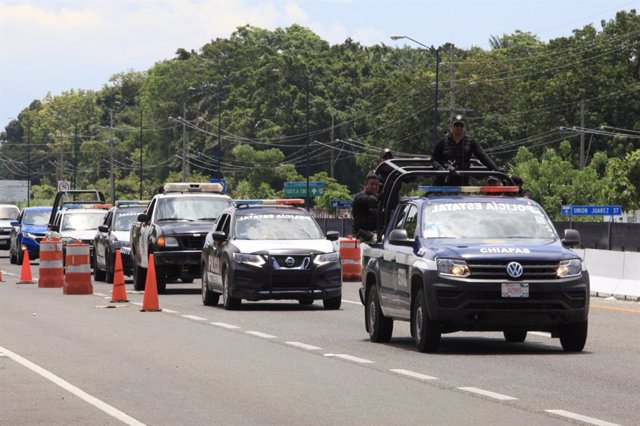 Archivo - 12 June 2019, Mexico, Tapachula: Vehicles of the Navy, the Federal Police and the National Institute of Migration are pictured during a security operation to check private cars and public transport to detect illegal migrants on the highway. Phot