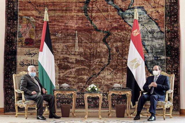 Archivo - 30 November 2020, Egypt, Cairo: Egyptian President Abdel Fattah al-Sisi (R) meets with Palestinian President Mahmoud Abbas at the Presidential Palace in Cairo. Photo: Thaer Ganaim/APA Images via ZUMA Wire/dpa