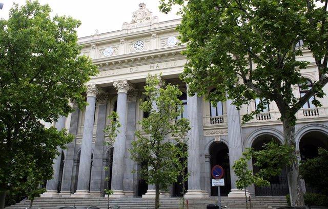 Exterior del Palacio de la Bolsa, a 13 de mayo de 2021, en Madrid (España). El Ibex 35 cedía un 1,94% en la media sesión de este jueves, alejándose de los 8.900 puntos, arrastrado por las caídas registradas ayer en Wall Street y esta madrugada en los índi