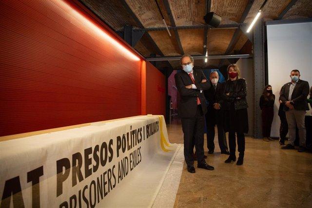 Archivo - Arxiu - L'expresident de la Generalitat Quim Torra (e) i el director de l'Agència Catalana del Patrimoni Cultural, Josep Manuel Roda (centre), durant l'acte d'entrega de la pancarta en favor dels presos sobiranistes al Museu d'Història de Catalu