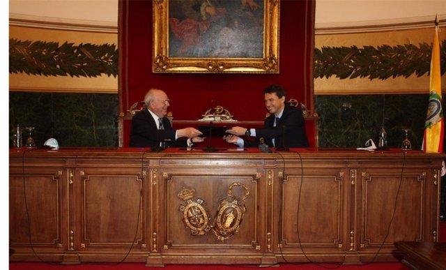 Los presidentes de la RANME y Farmaindustria, Eduardo Díaz-Rubio y Juan López-Belmonte, durante la firma del acuerdo.