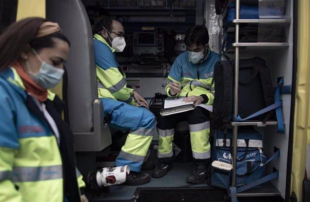 Archivo - Varios trabajadores sanitarios de una UVI móvil del SUMMA 112 hacen anotaciones durante una jornada de trabajo, en Madrid (España), a 29 de enero de 2021. El Servicio de Urgencia Médica de la Comunidad de Madrid SUMMA 12, tiene la función de ate