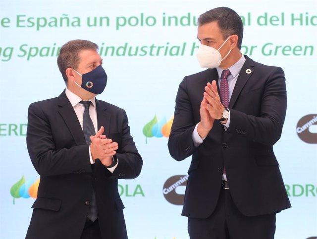El presidente de Castilla-La Mancha, Emiliano García Page (i), y el presidente del Gobierno, Pedro Sánchez, en la presentación del acto 'Haciendo de España un polo industrial del hidrógeno verde en Europa', a 24 de mayo de 2021,