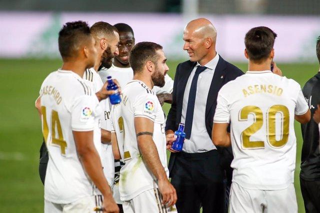 Archivo - Zinedine Zidane, head coach of Real Madrid, celebrates a goal with Karim Benzema during the Liga match between Real Madrid and Villarreal CF at Alfredo Di Stefano Stadium on July 16, 2020 in Valdebebas, Madrid, Spain.