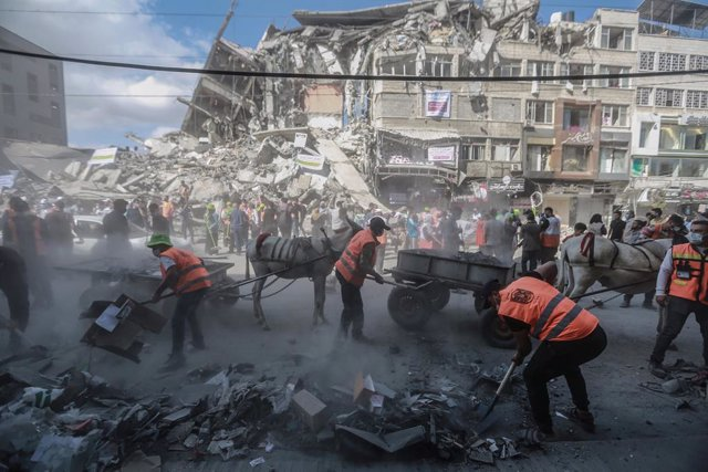 23 May 2021, Palestinian Territories, Gaza City: Palestinian volunteers organize a campaign to clean up streets of Gaza City that were hit by Israeli air strikes during the recent military conflict between Israel and Palestinian Islamist movement Hamas. A
