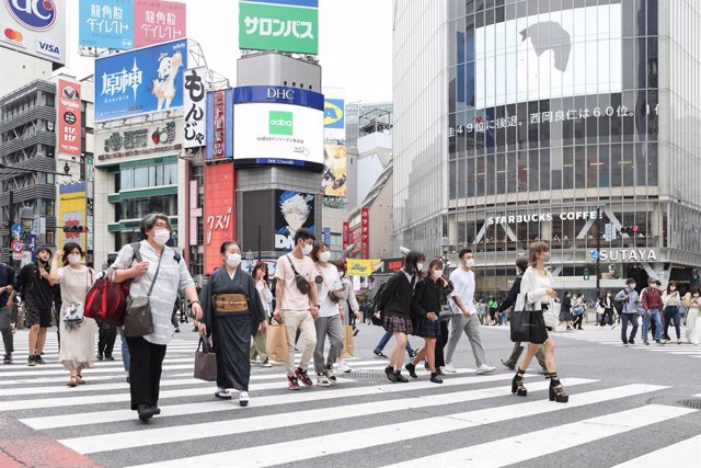 24 May 2021, Japan, Tokyo: Pedestrians walk over Shibuya crossing in central Tokyo during the State of Emergency due to the spread of the coronavirus. Photo: Stanislav Kogiku/SOPA Images via ZUMA Wire/dpa