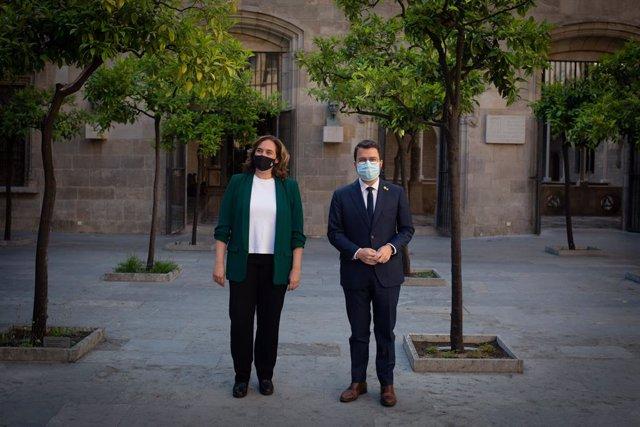 El president de la Generalitat Pere Aragonès, i l'alcaldessa de Barcelona, Ada Colau, abans d'una reunió, a 27 de maig de 2021, al Palau de la Generalitat, Barcelona, Catalunya, (Espanya).