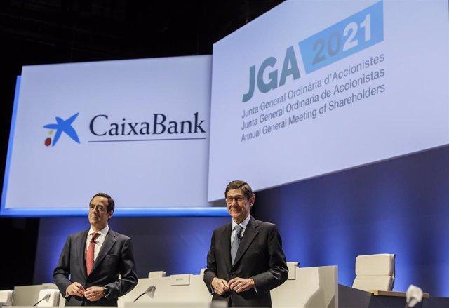 El presidente de Caixabank, José Ignacio Goirigolzarri (d), y el consejero delegado de la entidad, Gonzalo Gortázar (i), durante una reunión de la Junta General de Accionistas de Caixabank, a 14 de mayo de 2021, en Valencia.