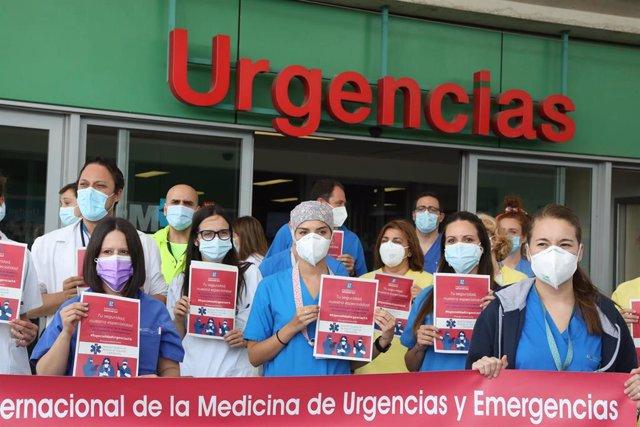 Varios profesionales sanitarios de los servicios de Urgencias y Emergencias con carteles, durante una concentración para pedir la creación de su especialidad, en la entrada del Hospital Infanta Leonor, a 27 de mayo de 2021, en Madrid (España). Al mismo ti