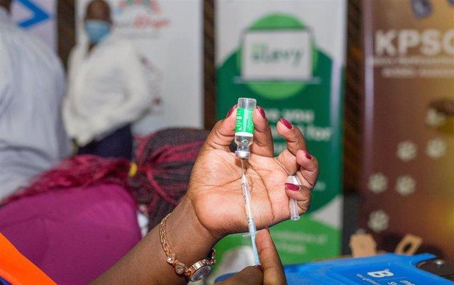 Archivo - Vacunación contra el coronavirus en Nairobi, Kenia