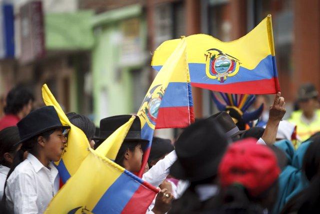 Archivo - Imagen de archivo de niños portando la bandera de Ecuador.