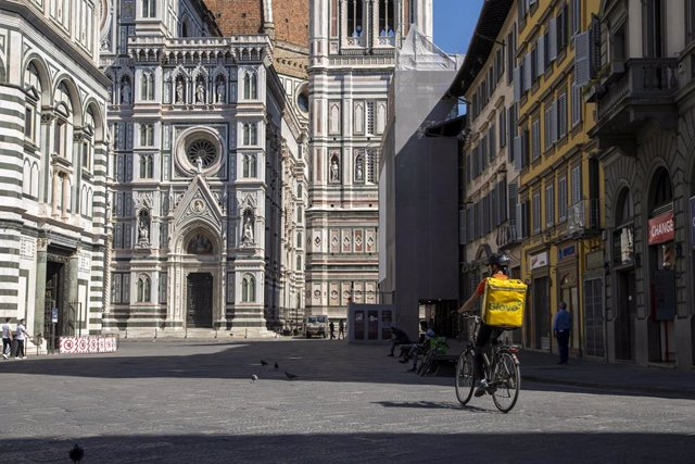 Archivo - Un repartidor en una calle de Florencia, Italia