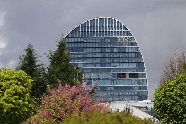 Edificio de la sede de BBVA en Madrid, conocido como 'La Vela', a 22 de abril de 2021, en Madrid (España). La dirección de BBVA ha planteado el despido de 3.798 personas y el cierre de 530 oficinas.