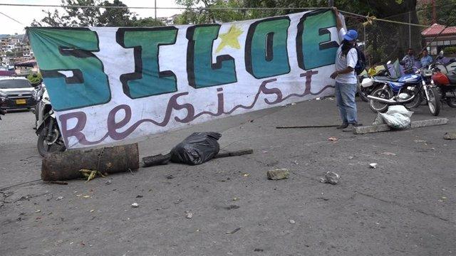 Pancarta en la favela de Siloé, en la ciudad colombiana de Cali