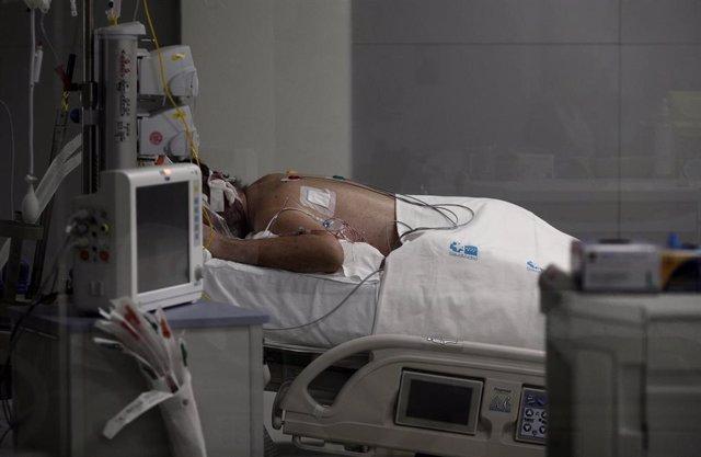 Archivo - Un enfermo en una cama de la UCI del Hospital de Emergencias Isabel Zendal, Madrid (España), en una imagen de archivo