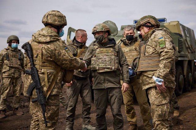 Archivo - Volodimir Zelenski visita el frente de combate en el este de Ucrania