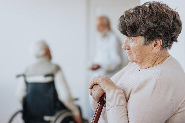La Fundación Pasqual Maragall recuerda que, ante los primeros síntomas de Alzheimer, hay que concertar una visita con el médico de familia para que evalúe los indicios, y él decidirá si remite al paciente al neurólogo.