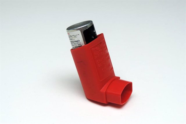 Archivo - Inhalador, asma