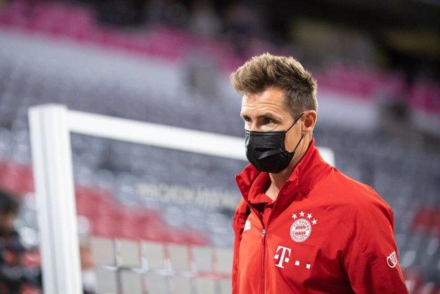 Archivo - FILED - 18 September 2020, Bavaria, Munich: Bayern Munich co-coach Miroslav Klose leaves after the German Bundesliga Bayern Munich and FC Schalke 04 in the Allianz Arena.  WorldCup winner Miroslav Klose has been forced to take a break in his co
