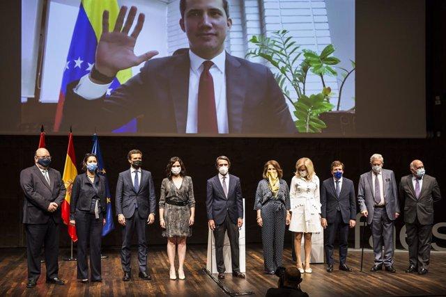 Foto de familia del presidente del PP, Pablo Casado (3i); la presidenta de la Comunidad de Madrid en funciones, Isabel Díaz Ayuso (4i); el expresidente del Gobierno y presidente de la Fundación FAES, José María Aznar (5i); la exalcaldesa de Madrid, Ana Bo