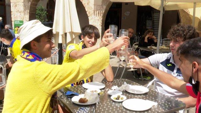Aficionados del Villarreal CF celebran la victoria de su equipo en la Europa League