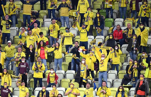26 May 2021, Poland, Gdansk: Villarreal fans cheer in the stands during the UEFA Europa League final soccer match between FC Villarreal and Manchester United at Gdansk Stadium. Photo: Rafal Oleksiewicz/PA Wire/dpa