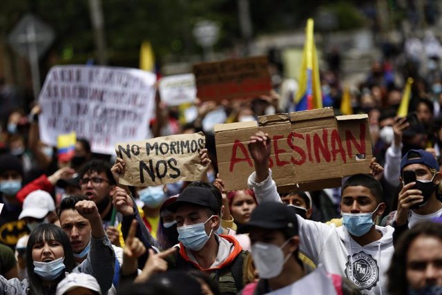 06 May 2021, Colombia, Bogota: Demonstrators take part in a protest against President Duque's government and police violence. Photo: Sergio Acero/colprensa/dpa